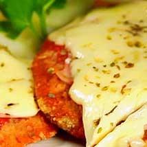 Super Milanesas de Carne o Pollo para compartir Todas incluyen Papas Fritas
